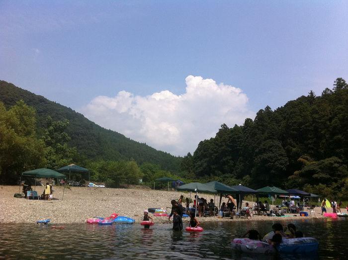 川遊びをする人たち