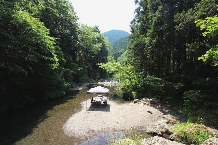 川の中洲でのキャンプの様子