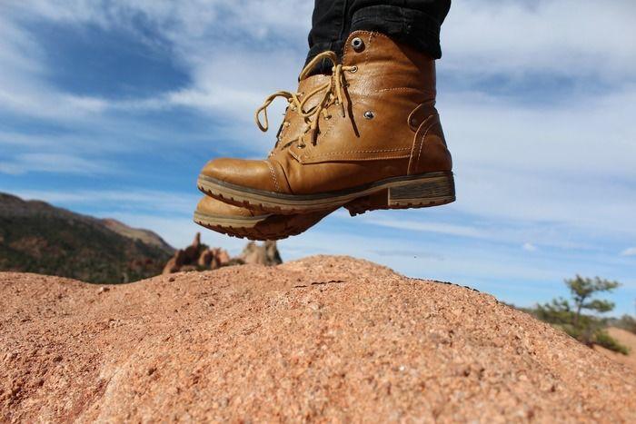 ブーツでジャンプをしている人