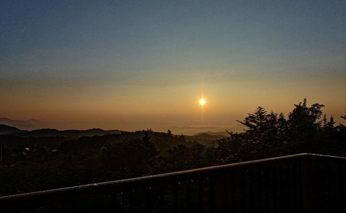 高台から見た朝焼けの写真