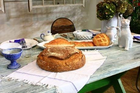 パン皿代わりにランチョンマットを使用し、机の上に置かれているパンや食器