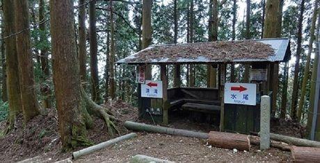 愛宕神社の山道の小屋と案内板