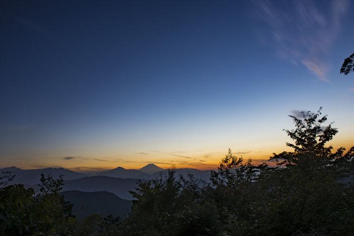 夕暮れの山の様子