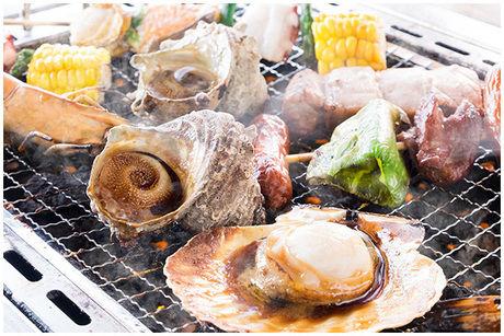バーベキューで海鮮を焼いている写真