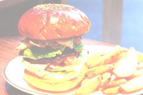 ARMS BURGERのハンバーガーとポテト