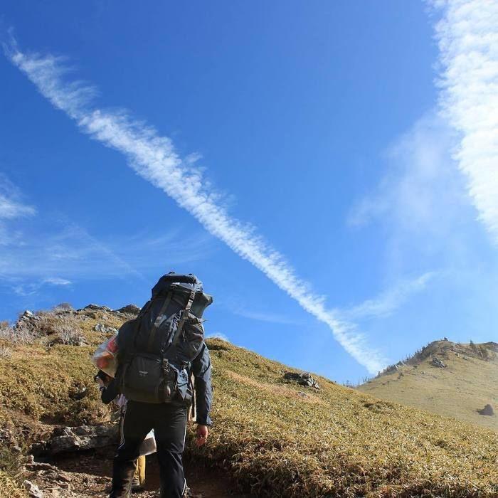 カリマーのバックパックで山を登っている人