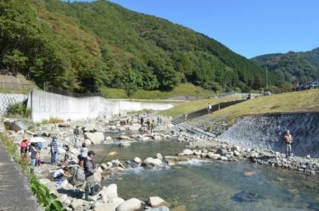止々呂美ふれあい広場で川遊びや釣りをしている人々