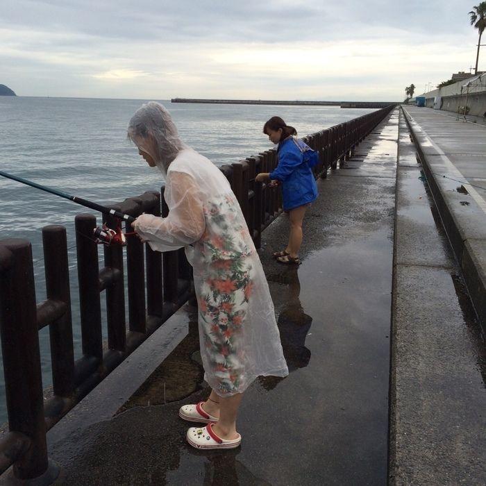 和歌山マリーナシティ海釣り公園で釣りをしている2人の女性