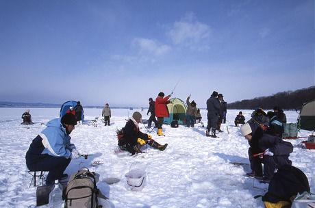 女満別湖でワカサギ釣りをしている人たち
