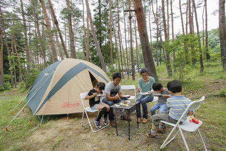 秋保リゾート森林スポーツ公園でキャンプするファミリー