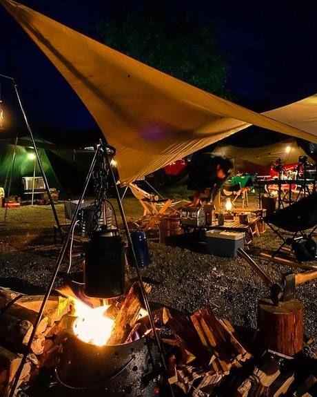 夜のキャンプファイヤーの様子