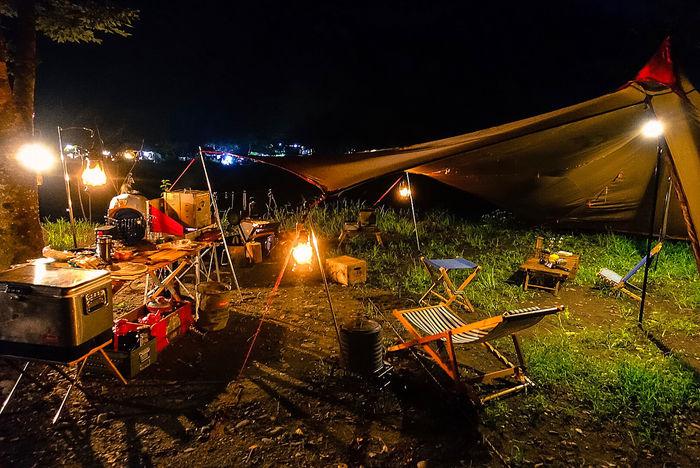 夜のキャンプの様子