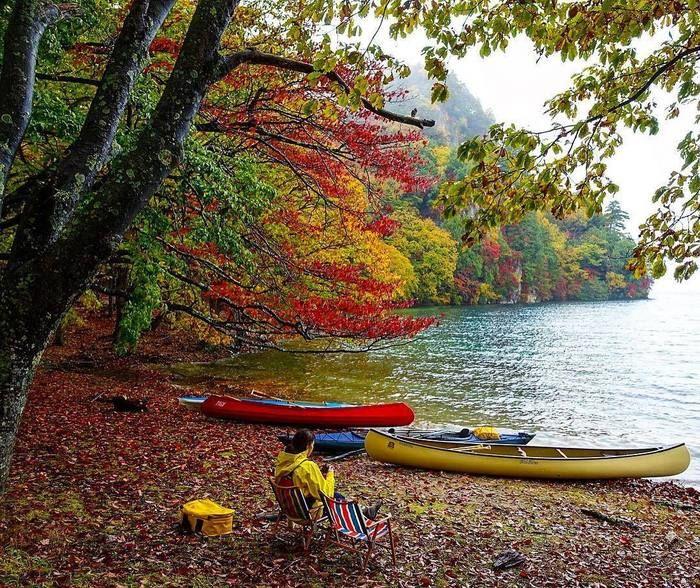 湖でカヌーの前の椅子に座る女性