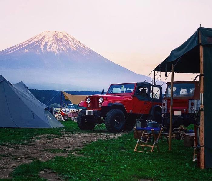 富士山とJEEPを背景にしたキャンプの様子