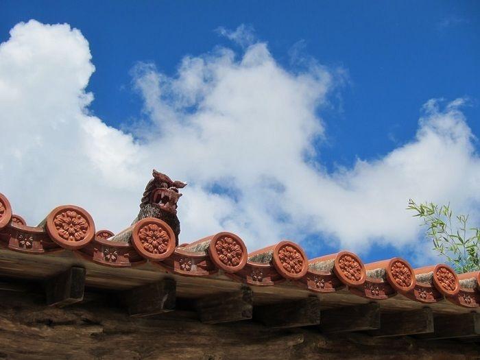 沖縄の赤瓦屋根とシーサー