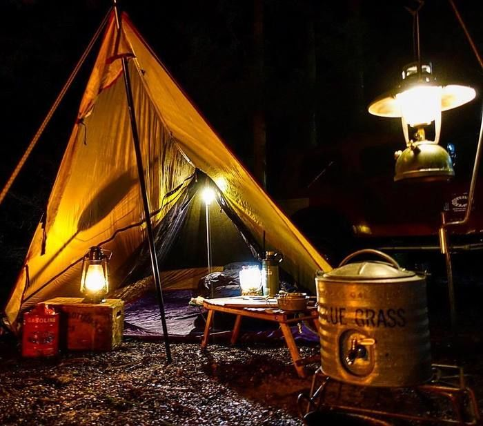 ランタンが光る夜のキャンプ