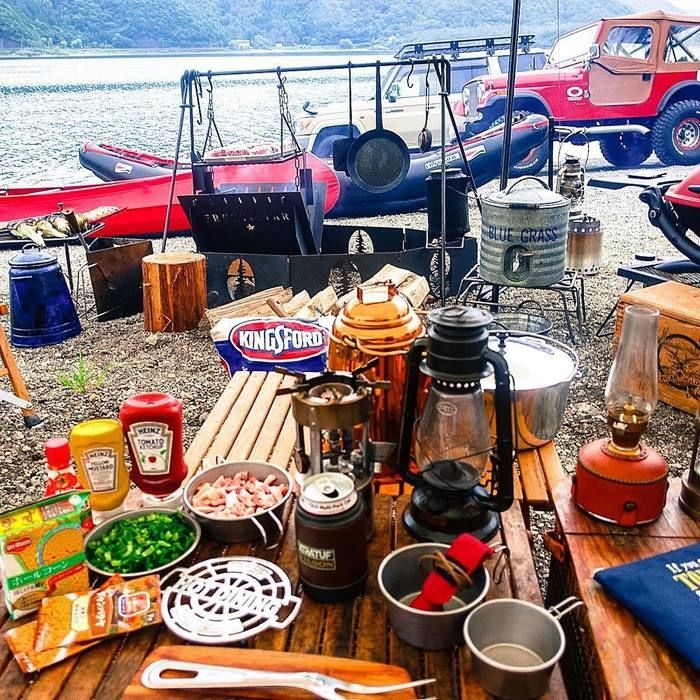 キャンプで机に並べられたキャンプ道具