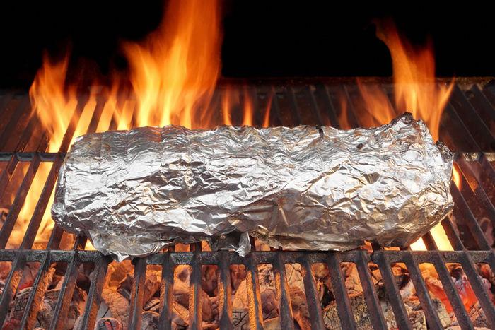 アルミホイルで食材を巻き焼き網で焼く様子
