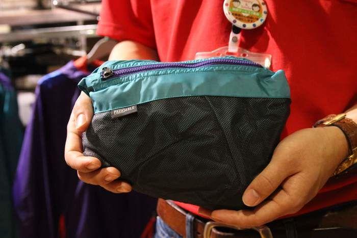 コンパクトに収納されたサンタアナアノラックジャケット