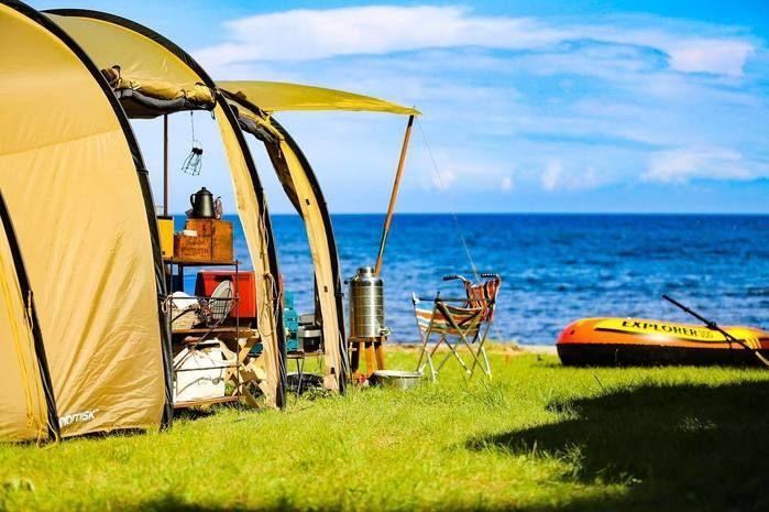 海を臨む芝生のテントサイト