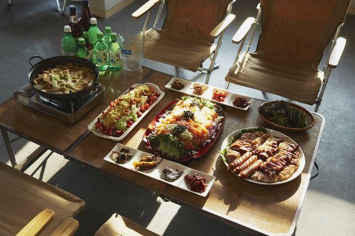豪華な料理の並ぶ食卓