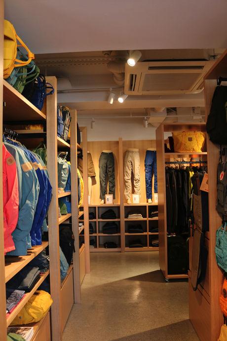 店内にあるジャケットやパンツ