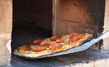 ピザを窯に入れている様子