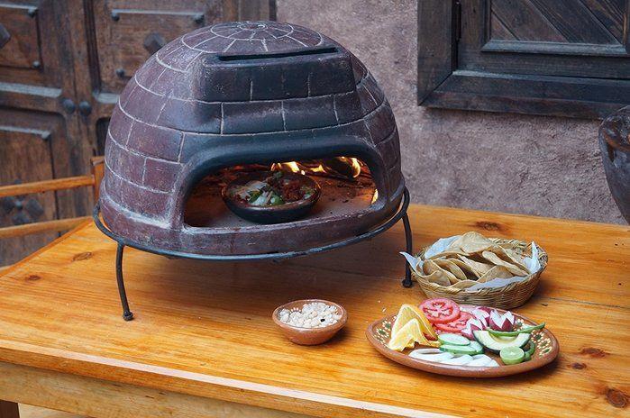 コンパクトなピザ釜と盛り付けられた野菜やパン