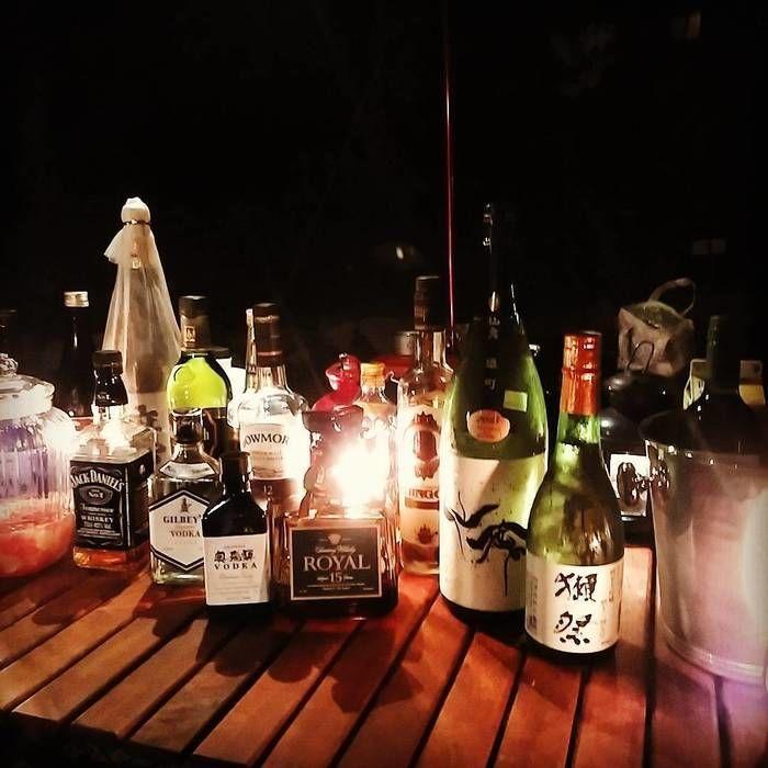 机に酒を並べて作ったバーカウンター