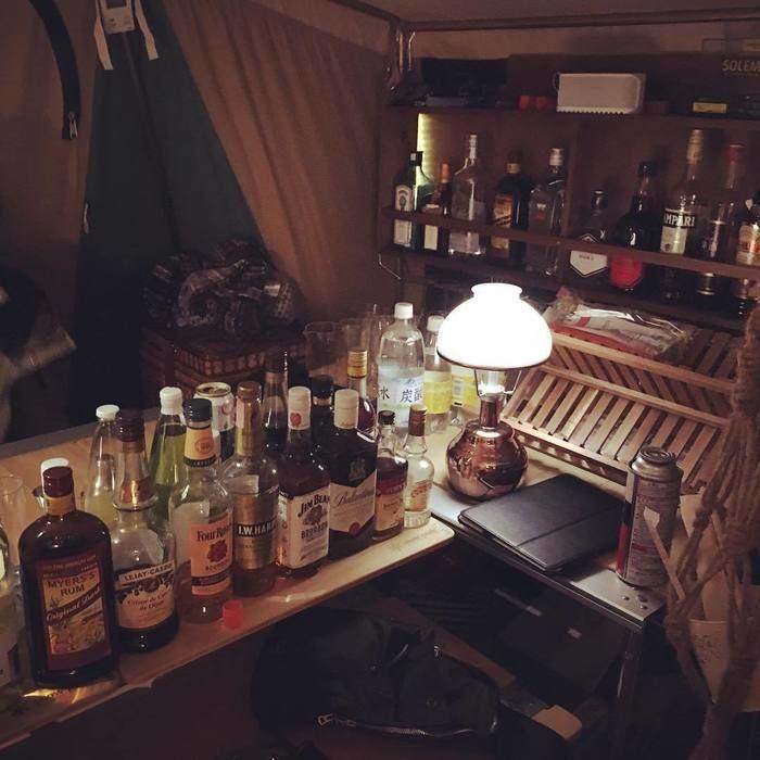 テント内のバーカウンター
