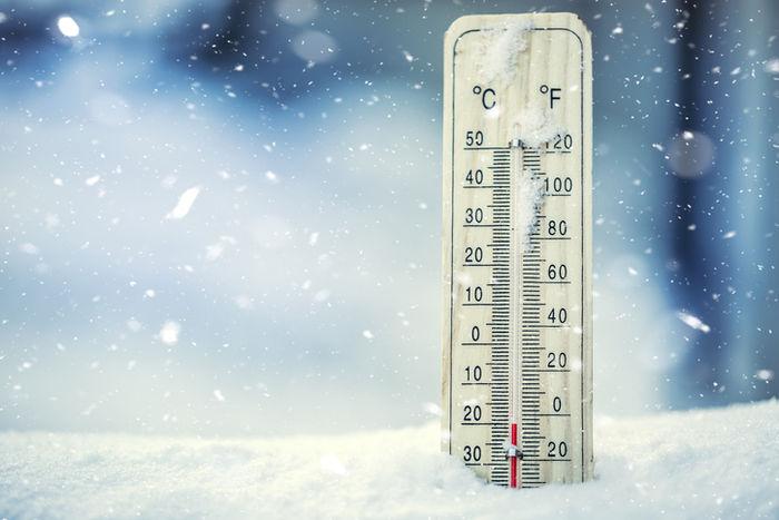 雪に刺さった温度計
