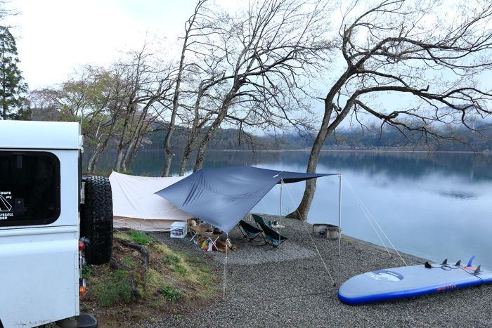 湖畔でのキャンプの様子