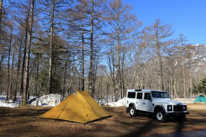 雪が残る春キャンプの様子