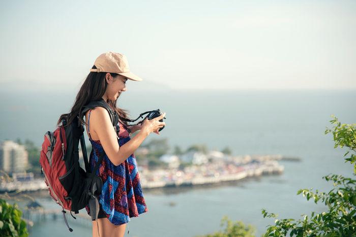 カメラで写真を見る女性