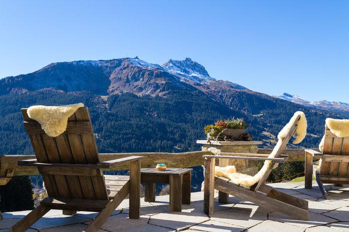 きの椅子、テーブルと山の景観