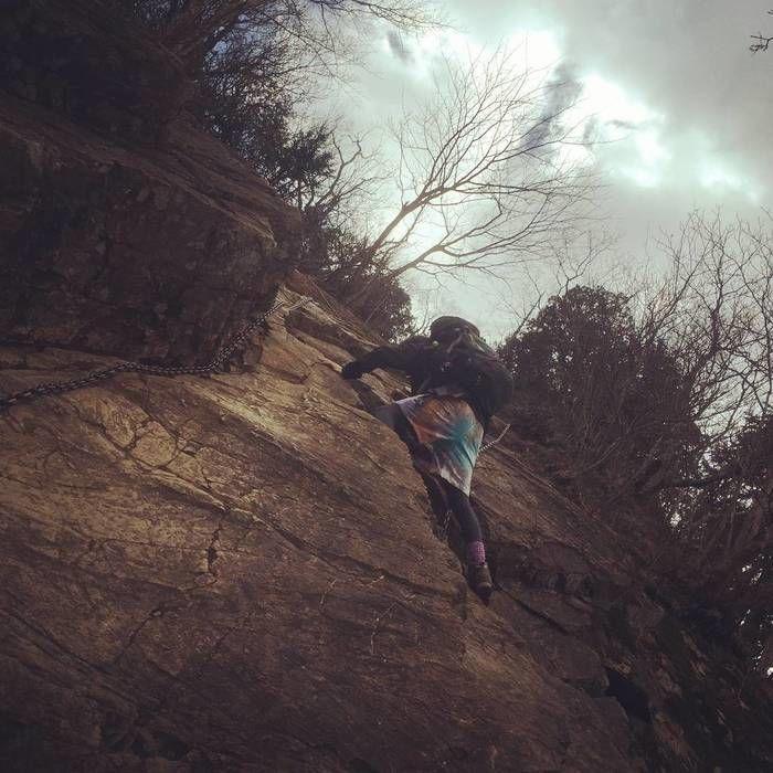 伊豆ヶ岳の岩場を登る人