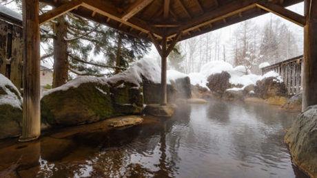 雪の積もった冬の露天風呂の写真