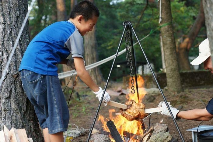 焚火をする男の子の写真