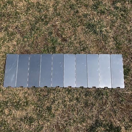 芝の上に置かれた風除板