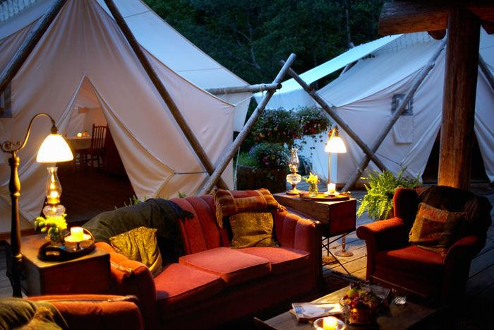 テントとソファ