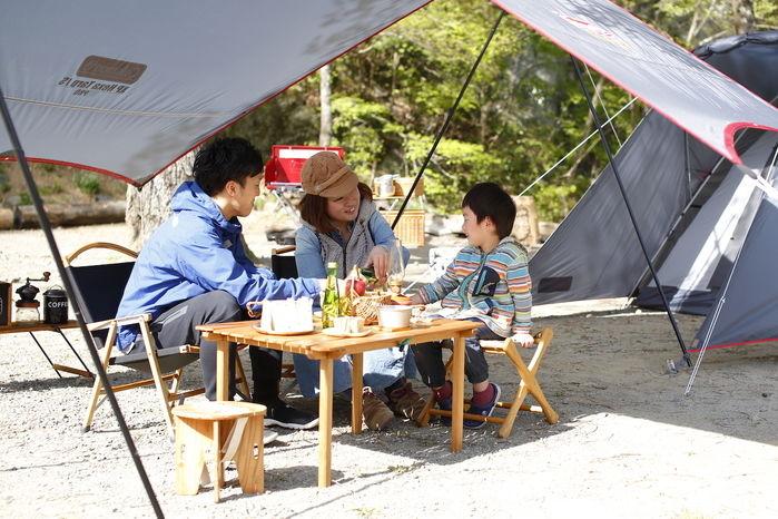 ロースタイルテーブル子連れキャンプをするファミリー