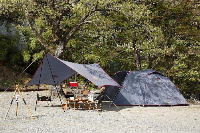グレーのタフワイドドームとXPヘキサタープでのキャンプの様子