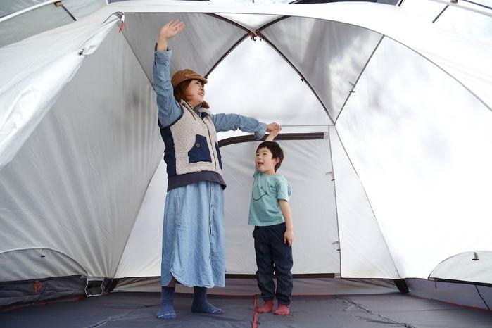 女性と子供がテントの中にいる