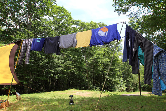 キャンプで外のロープに干された洗濯物