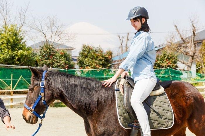 御殿場カルチャーファームで馬に乗る女性