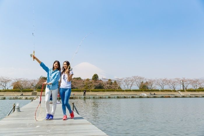 東山湖フィッシングエリアで釣りを楽しむ女性たち