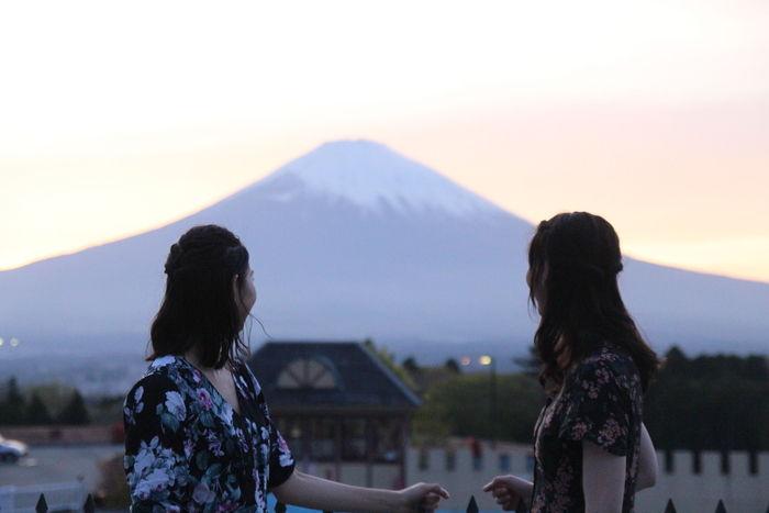 富士山を眺める女性たち