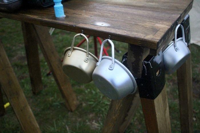 フックのついたテーブルに掛けられているカップ