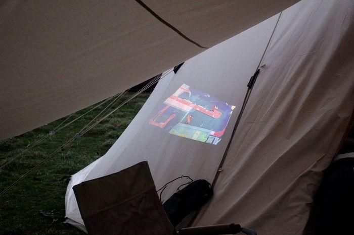 テントに照射されたプロジェクターの映像