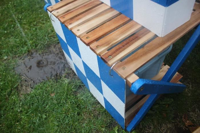 青色と白のチェッカー柄のDIYのウッドラック